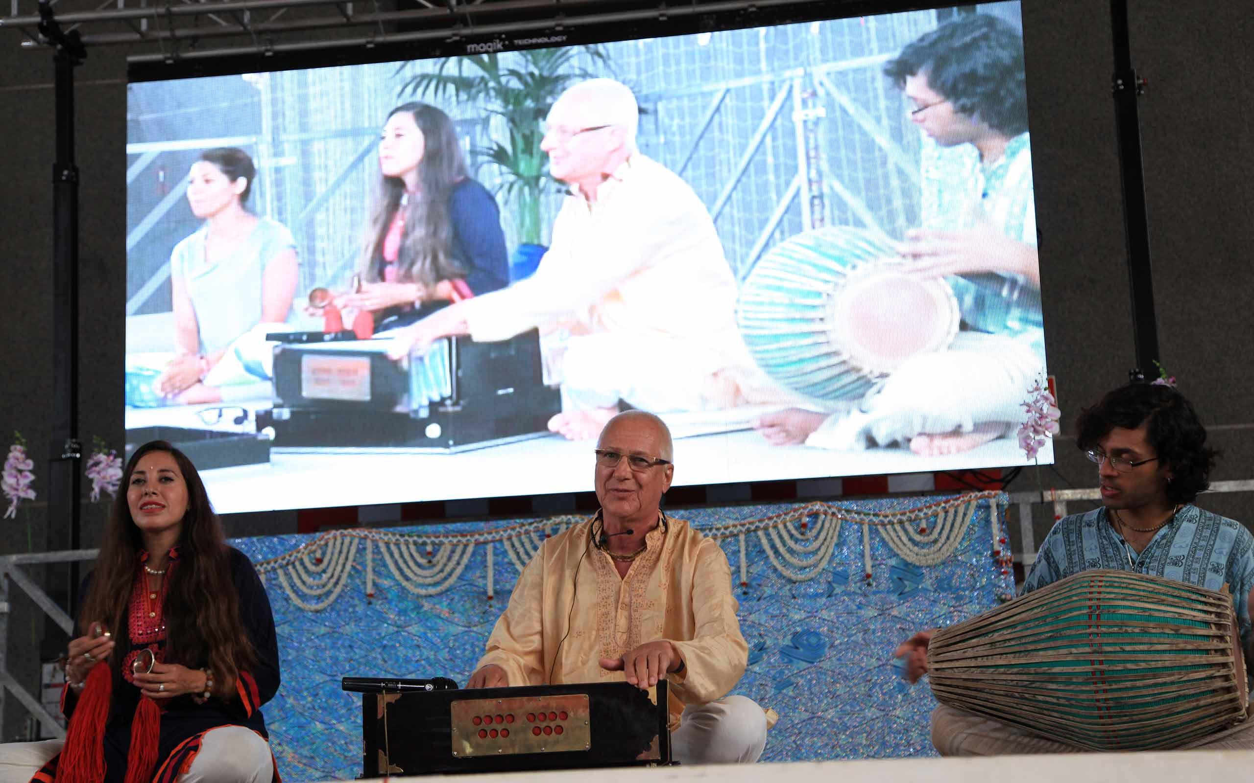 Warm and Uplifting Kirtan from Vaiyasaki Das at the International Day of Yoga 2017